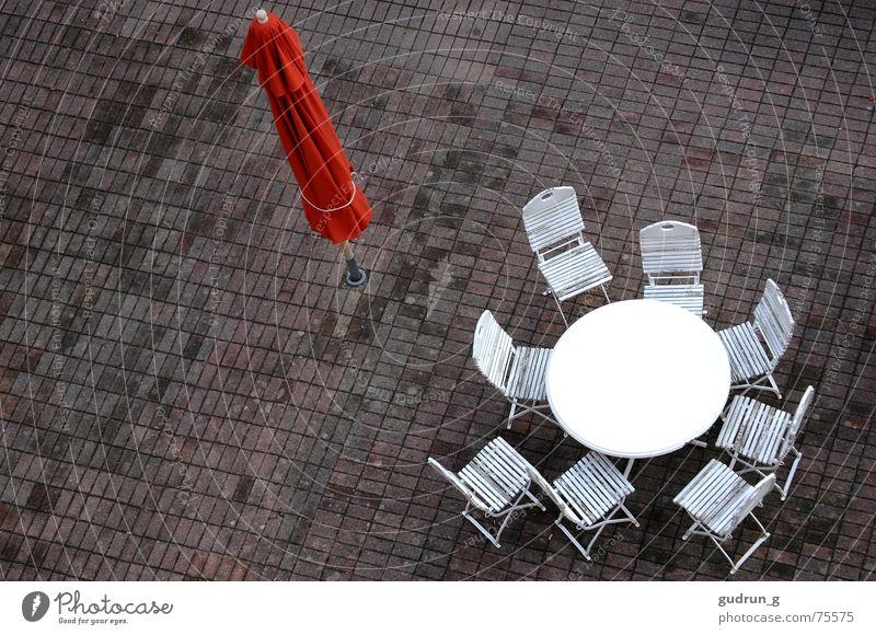 Nach dem Regen Einsamkeit Herbst Regen leer Stuhl Sonnenschirm Abschied