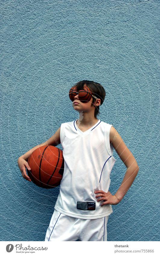 volle konzentration - oder: nur basketball im kopp Mädchen 1 Mensch Mauer Wand Trikot Shorts Erholung festhalten Sport träumen dünn blau Begeisterung