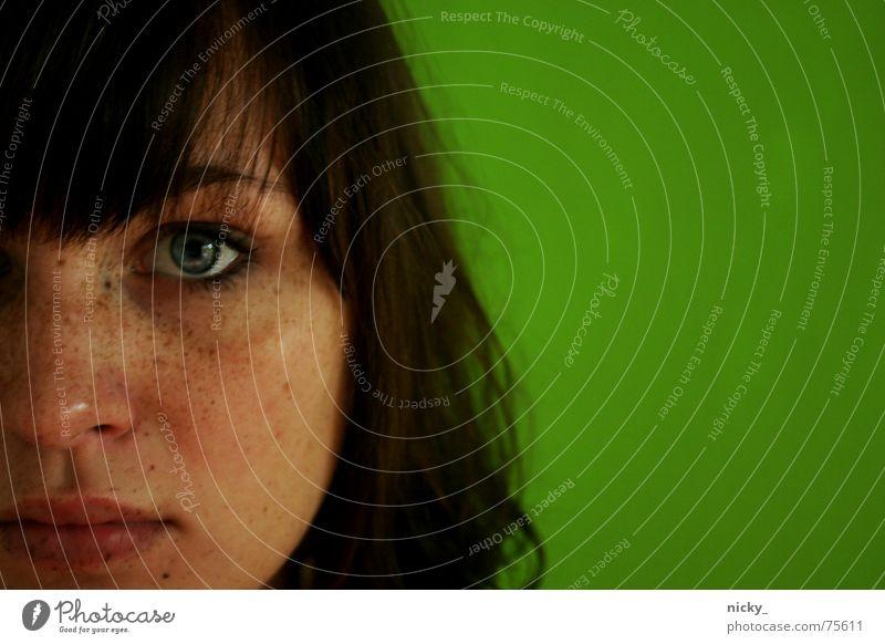 grünes sein und nicht sein Frau Wand Selbstportrait braun Lippen Sommersprossen Haare & Frisuren Auge grünb eye blue weinen Nase Gesicht face brown lips nose