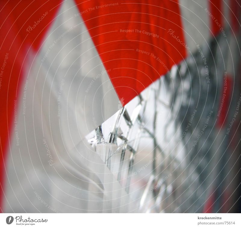 Vorsicht Glas Splitter Klebeband rot weiß Scherbe zerstören gesplittert gebrochen brechen Oberfläche Vandalismus Barriere kleben Zusammenhalt Riss Teilung