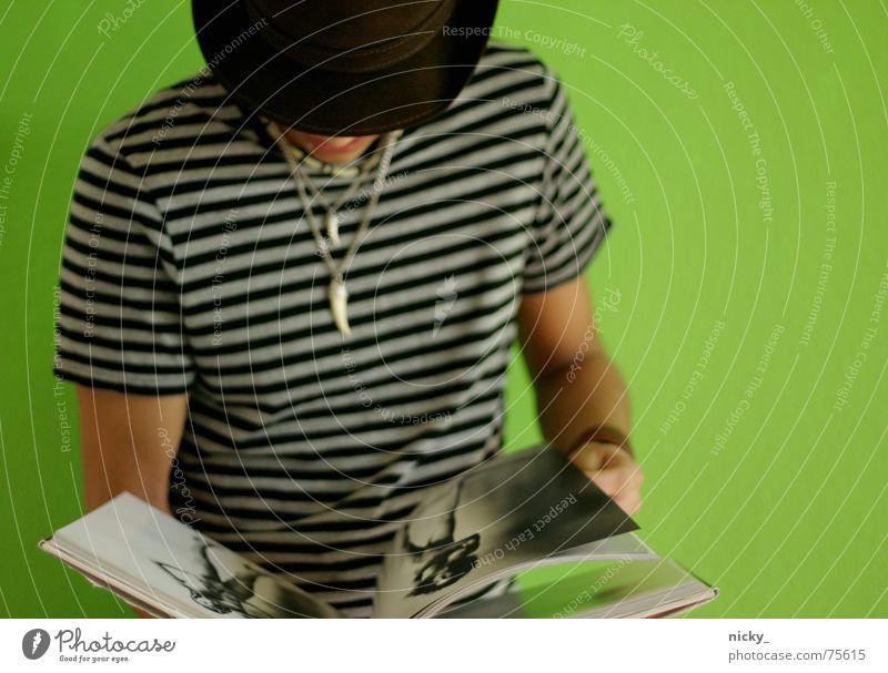 sexy back Mensch Mann Hand weiß grün schwarz Wand Mauer Arme Buch Streifen T-Shirt Hut Kette