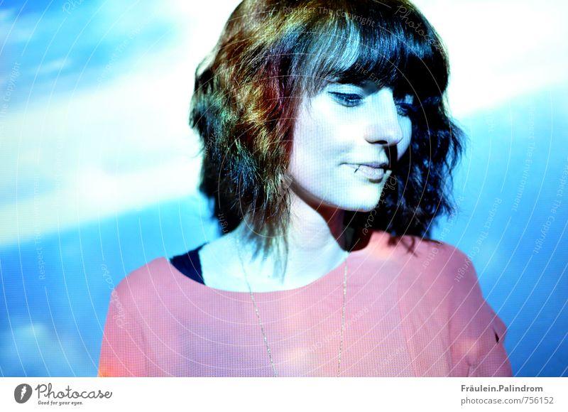Regenbogen. feminin Junge Frau Jugendliche 1 Mensch 18-30 Jahre Erwachsene Piercing Haare & Frisuren brünett kurzhaarig Pony Lächeln Coolness kalt maritim