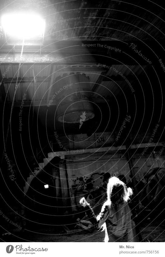 lichtgestalt feminin 1 Mensch Industrieanlage Fabrik Gebäude langhaarig Erkenntnis Teleportation Lichtkegel beobachten Glaube träumen Coolness Einsamkeit Decke