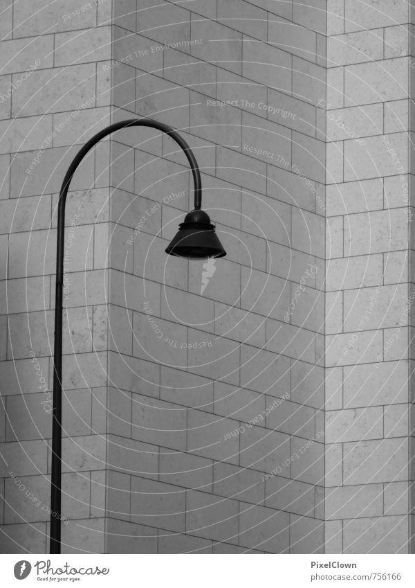 einsames Licht Lampe Nachtleben Energiewirtschaft Stadt Stadtzentrum Haus Hochhaus Bauwerk Gebäude Architektur Mauer Wand Fassade Wege & Pfade Stein grau Stil