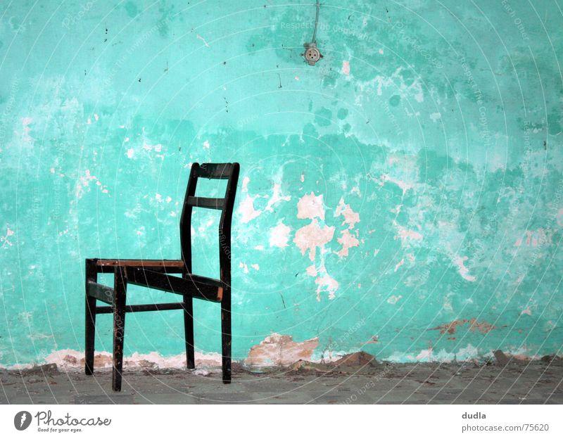 sitzgelegenheit kaputt Wand Mauer Verfall Steckdose grün türkis Raum kalt leer Einsamkeit vergessen ungemütlich Stuhl sitzen