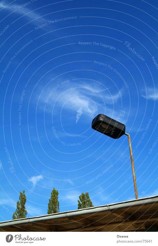 Es ist gut Baum himmelblau Wolken Laterne Straßenbeleuchtung Regenrinne Dach Orgelpfeife Friedrichshain Himmel ostkreuz schnell hin wird bald saniert