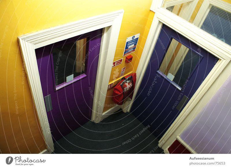 Wo geht's lang?! Farbe Traurigkeit Tür Hotel Flur Brandschutz England Alarm Schutz Herberge Feuerlöscher
