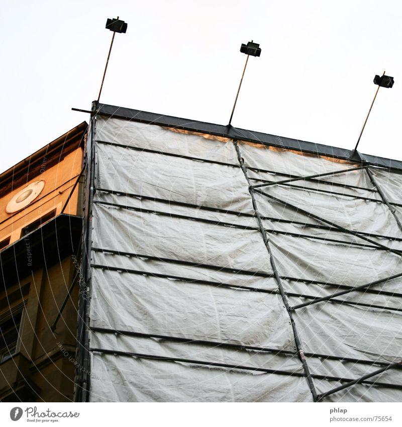 ...neue Sachlichkeit Fassade Haus Licht Altbau Gebäude Abdeckung Baustelle weiß Baugerüst