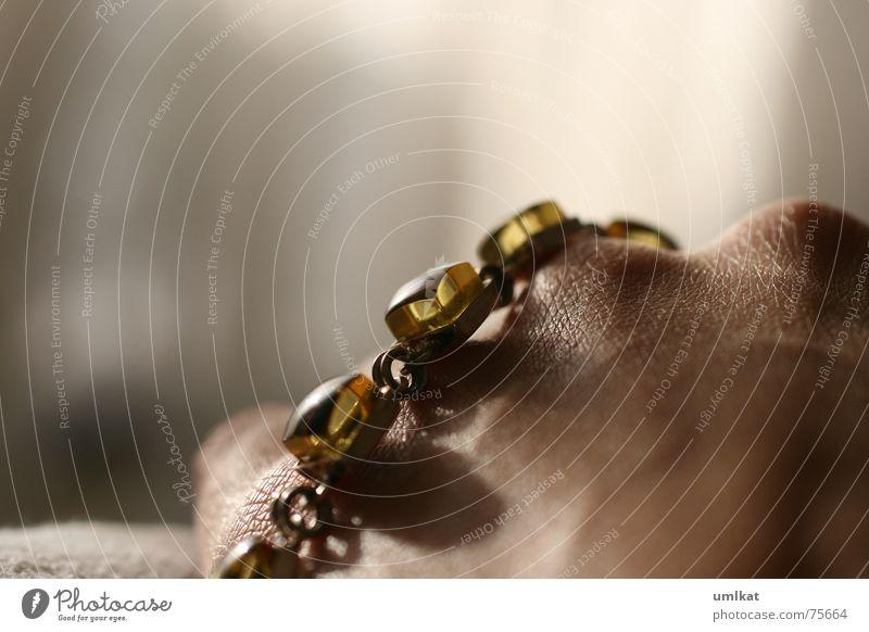 kettenkitzel Armband Bernstein Hand halbdunkel Schatten Innenaufnahme Kette Haut