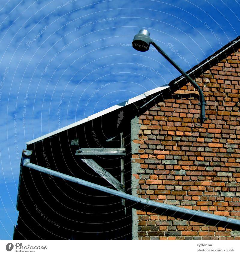 Bewegungsrichtungen Gebäude Lampe Laterne Licht Haus Regenrinne Abflussrohr Geometrie Bildaufbau Wolken Dach Mauer Backstein Linie Composing Architektur Himmel