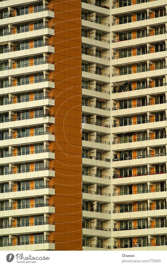Schöner Wohnen 05 Haus Gebäude Fassade Fenster Balkon Raster gerade Plattenbau Beton Neubau trist Nachbar eng Einblick Berlin Strukturen & Formen
