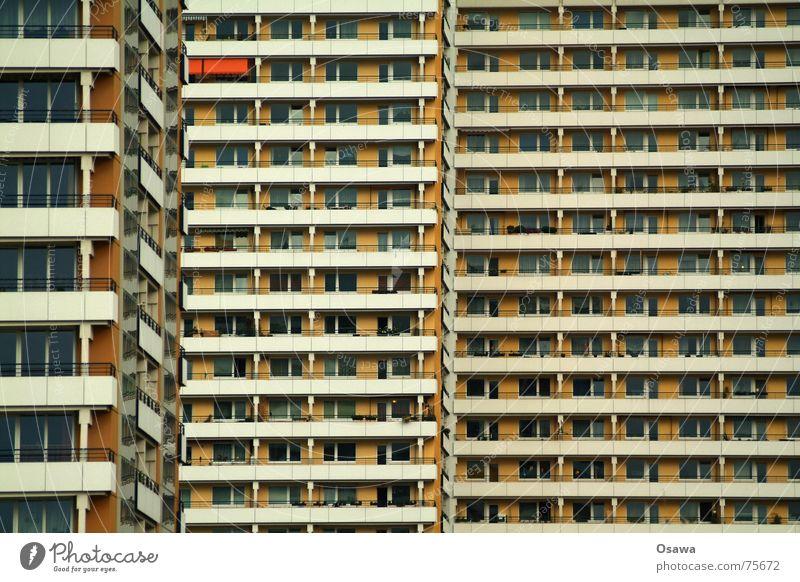 Schöner Wohnen 06 Haus Gebäude Fassade Fenster Balkon Raster gerade Plattenbau Beton Neubau trist Nachbar eng Einblick Berlin Strukturen & Formen