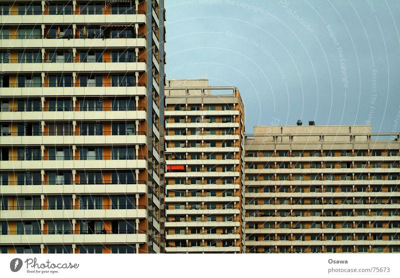 Schöner Wohnen 07 Haus Fenster Berlin Traurigkeit Gebäude Deutschland Fassade groß Beton modern Perspektive trist Trauer Aussicht Balkon eng
