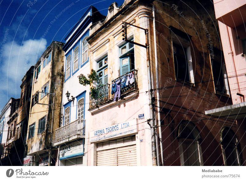 reality bites Brasilien Wäsche Balkon Ferien & Urlaub & Reisen Haus diagonal Dach grell mehrfarbig Wolken Fassade Gebäude Himmel blau sureal bauen colonialstil