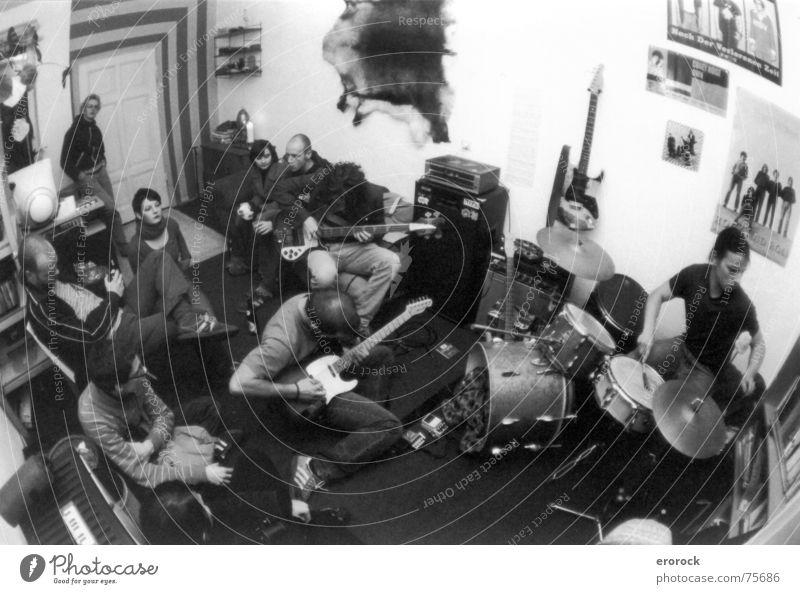 k4 jammin' Gotha analog Ilmenau Fischauge mugge Schwarzweißfoto tarentatec Vogelperspektive Rockband Schlagzeug Schlagzeuger Gitarrenspieler Publikum