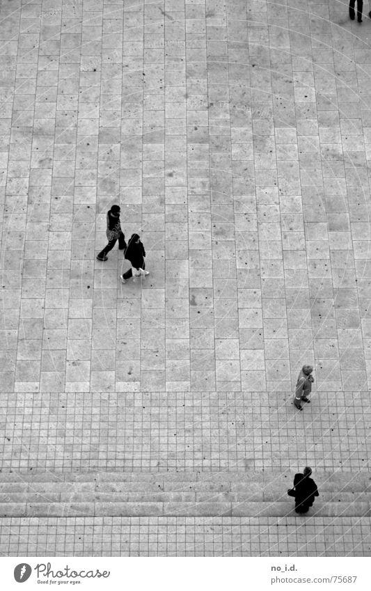 Über den Köpfen von ... Vogelperspektive Steinplatten kalt schwarz weiß Außenaufnahme klein hoch Treppe Mensch