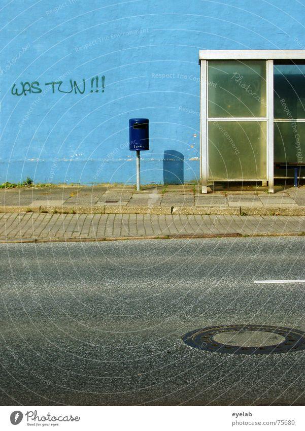 Was tun !! Wand weiß Müll Grunge Station Gully Bürgersteig grau Stadt Streifen blau blue white trashig Bus glass Straße street Bank grey alt old Mauer