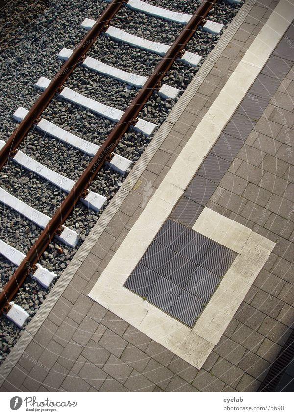 Umkehrschluss alt weiß Ferien & Urlaub & Reisen schwarz Arbeit & Erwerbstätigkeit grau Stein Wege & Pfade dreckig Beton Eisenbahn Bodenbelag Gleise