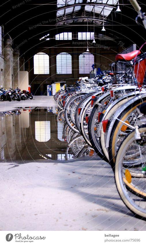 Dachschaden? Pfütze Fahrrad Reflexion & Spiegelung Fenster Bahnhof Loch Wasser Schaden Fensterscheibe Innenaufnahme