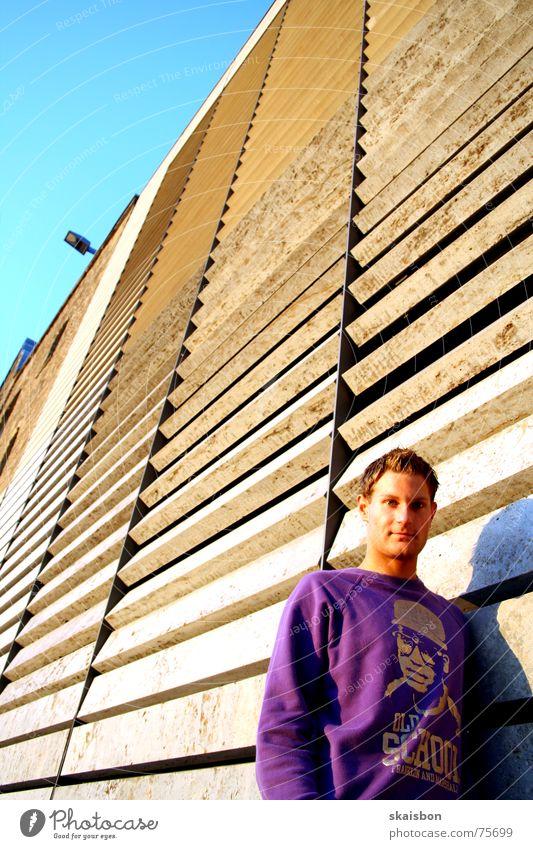 lumen Haus Mensch Mann Erwachsene Pullover violett old-school Hintergrundbild Verlauf Beleuchtung skaisbon shootingshot Farbfoto mehrfarbig Außenaufnahme
