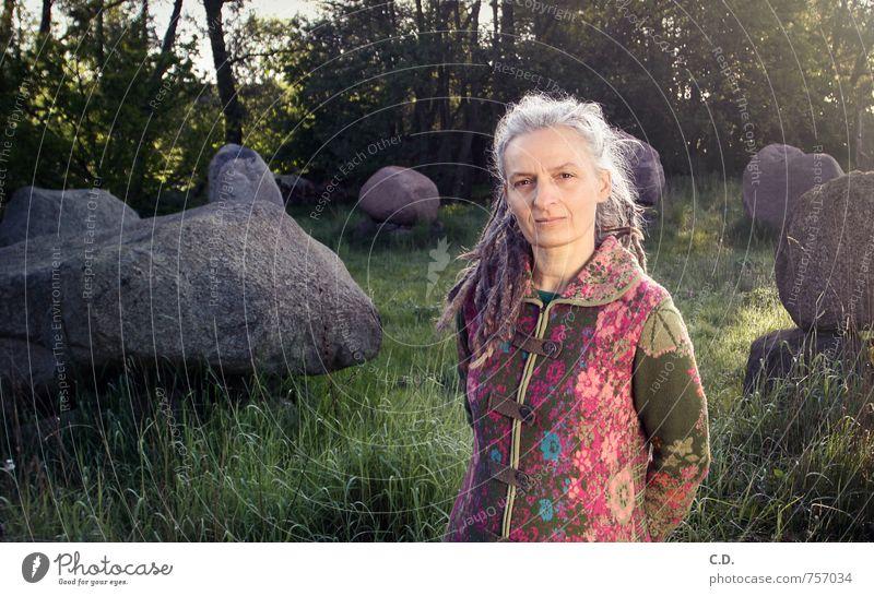 Frau Jung Erwachsene Weiblicher Senior 45-60 Jahre Mantel grauhaarig langhaarig Stein authentisch grün rosa Weisheit klug Steinkreis Granit Rastalocken kultig