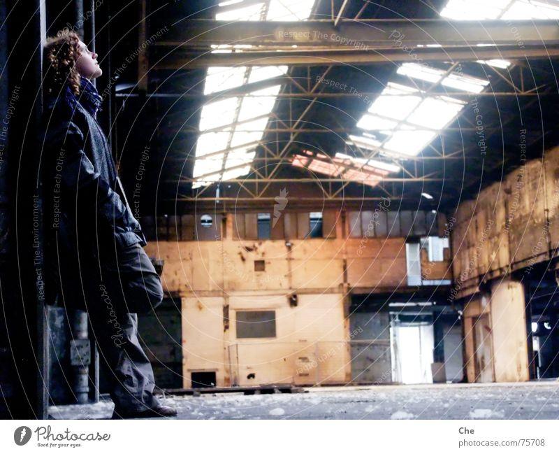 Alles hat ein Ende - lass uns das beste draus machen alt Fenster Denken dreckig kaputt Romantik Fabrik verfallen Locken Gedanke Lagerhalle Düsseldorf untergehen