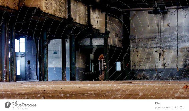 Ein bisschen verloren... Gedanke Licht Ende untergehen Fabrik Fenster Scherbe verfallen dreckig Romantik Denken kaputt Locken Kontrast Düsseldorf erkrath