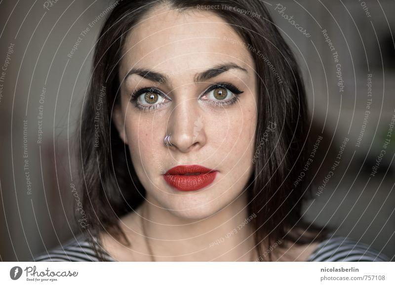 Portrait einer starken hübschen Frau mit rotem Lippenstift Stil schön Körperpflege Gesicht Kosmetik feminin Junge Frau Jugendliche Erwachsene 1 Mensch