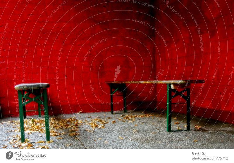 boing°invisible Tisch liegen Parkbank Bierbank rot Wand Mauer Blatt Herbst Jahreszeiten grün Gast 2 Veranstaltung nah eng Platz Menschenleer dunkel mehrfarbig