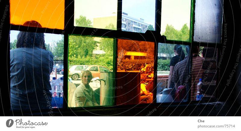 Blick durch bunte Scheiben Fensterrahmen Topf mehrfarbig Kannen fertig Fabrik Sommer Fröhlichkeit verfallen dunkel dreckig Langeweile Müdigkeit sommerlager
