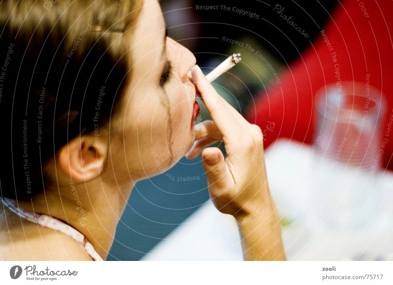 Rocky_Horror Frau Zigarette rot braun brünett Lidschatten schwarz Schminke Lippenstift Joint Rauschmittel Trauer dreckig feminin nah Seite Silhouette Denken