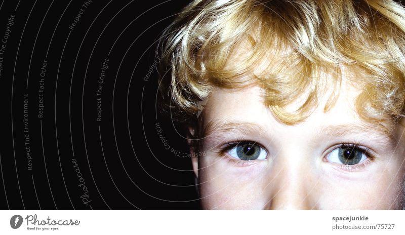 Der Junge mit dem gülden Haar Kind Kleinkind Detailaufnahme Gesicht Auge Blick Schulkind Haare & Frisuren