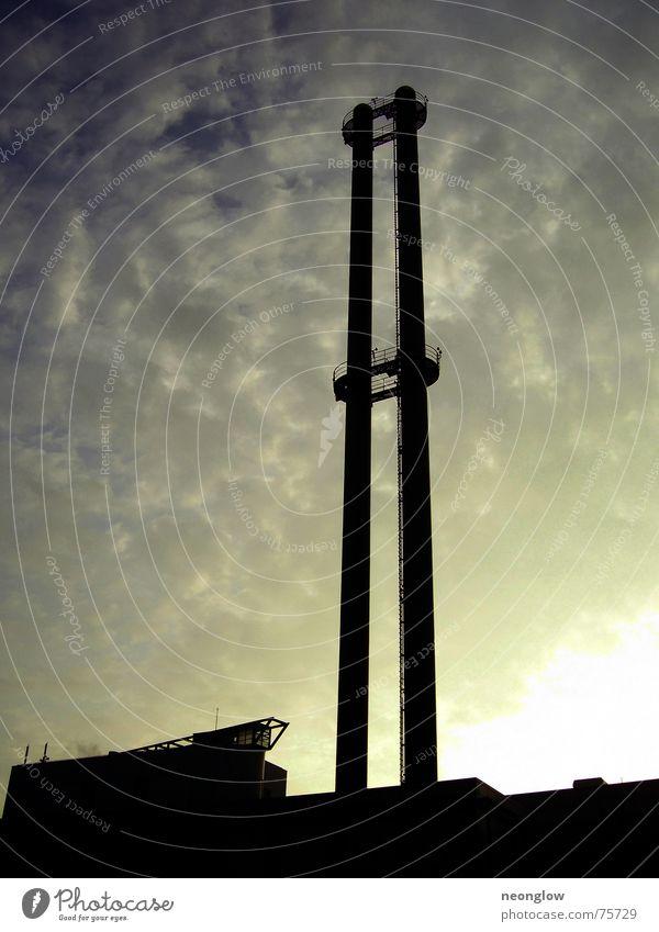 industrieller Scherenschnitt Himmel Sonne Wolken dunkel dreckig Industriefotografie Schornstein Produktion