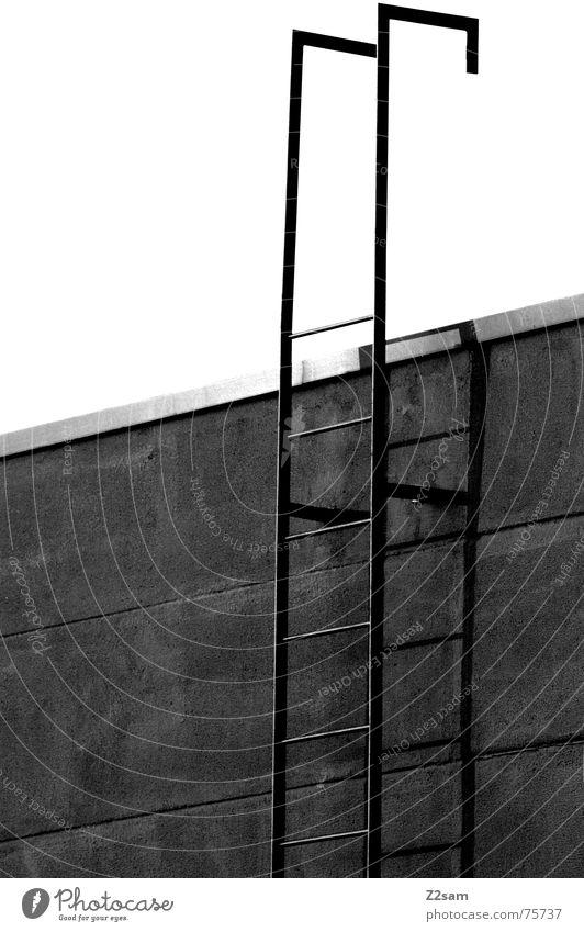 rauf oder runter? abwärts steigen Feuerleiter Haus Fassade Wand retten Notausgang Leitersprosse aufwärts oben Treppe stair stairs Schwarzweißfoto hoch Niveau
