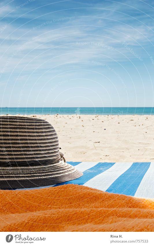 VorSaison VI Ferien & Urlaub & Reisen Tourismus Sommerurlaub Sonne Strand Meer Himmel Horizont Hut hell Wärme blau orange weiß Lebensfreude Strohhut Liegestuhl