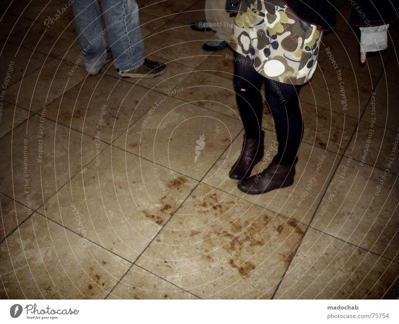 DIE EINEN STEHEN IM LICHT unten umgänglich Mensch Frau feminin Mann Herr Lifestyle Asphalt grau Fußgänger Verkehr Muster Hintergrundbild Strukturen & Formen