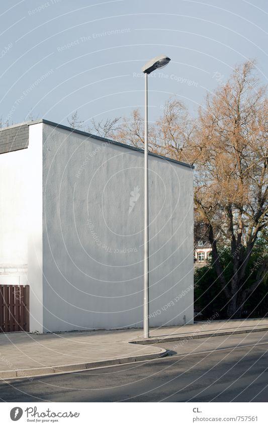 ein hoch auf das hochformat Himmel Baum Haus Umwelt Wand Straße Wege & Pfade Architektur Mauer Häusliches Leben trist Verkehr Schönes Wetter Straßenbeleuchtung