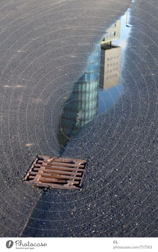 trockenheit | der letzte rest Stadt Wasser Umwelt Straße Wege & Pfade Architektur Gebäude trist Hochhaus Platz nass Bauwerk Gesellschaft (Soziologie) Langeweile