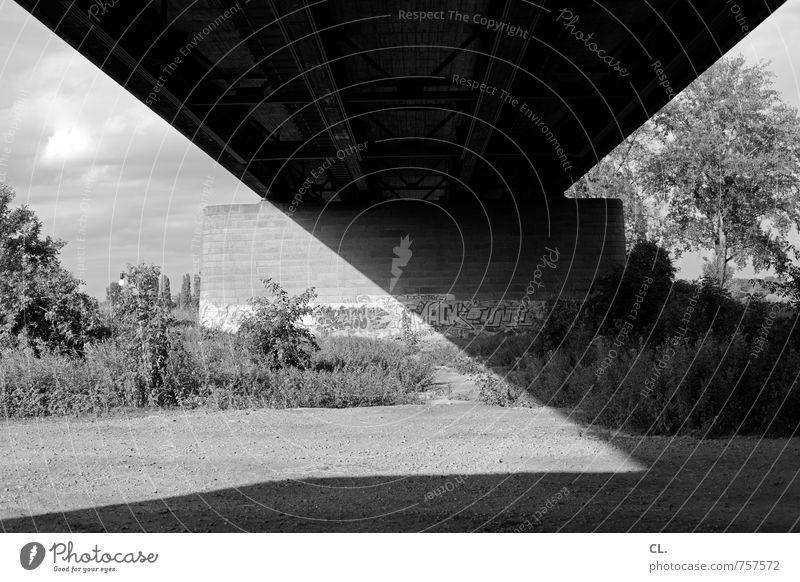 graue flächen Umwelt Natur Landschaft Himmel Baum Sträucher Brücke Bauwerk Architektur Mauer Wand Verkehr Verkehrswege Graffiti dunkel eckig trist Stadt