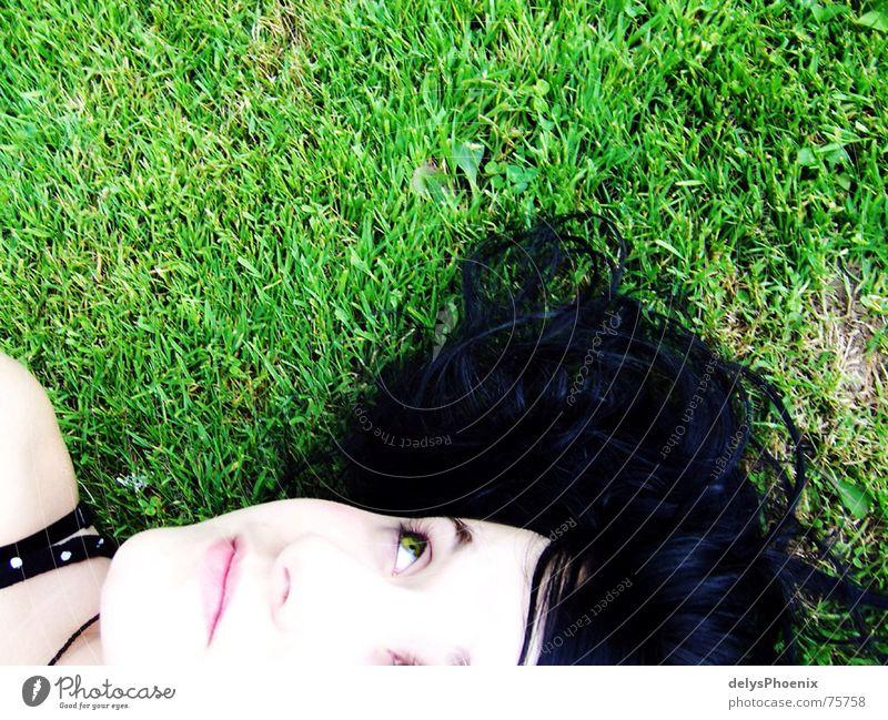 contrast Wiese schwarz grün Auge träumen Einsamkeit verträumt Märchen bleich schwarzhaarig liegen Denken Trauer Verzweiflung Jugendliche schön elena alone