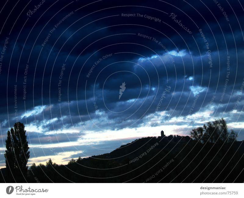 Nach der Jagd ... alt Himmel Baum blau schwarz Wolken Ferne dunkel oben Berge u. Gebirge Traurigkeit Wind Horizont Sträucher Turm Spitze