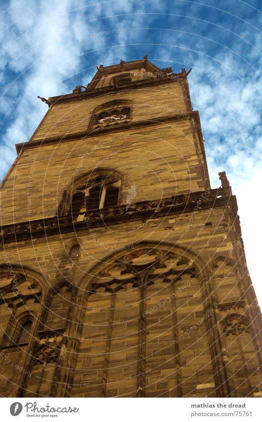 Der Einsame Wächter Kirchturm Gebäude Gemäuer Mauer Fenster Romantik Wolken Religion & Glaube Götter Bogen Froschperspektive unten Sandstein braun gelb