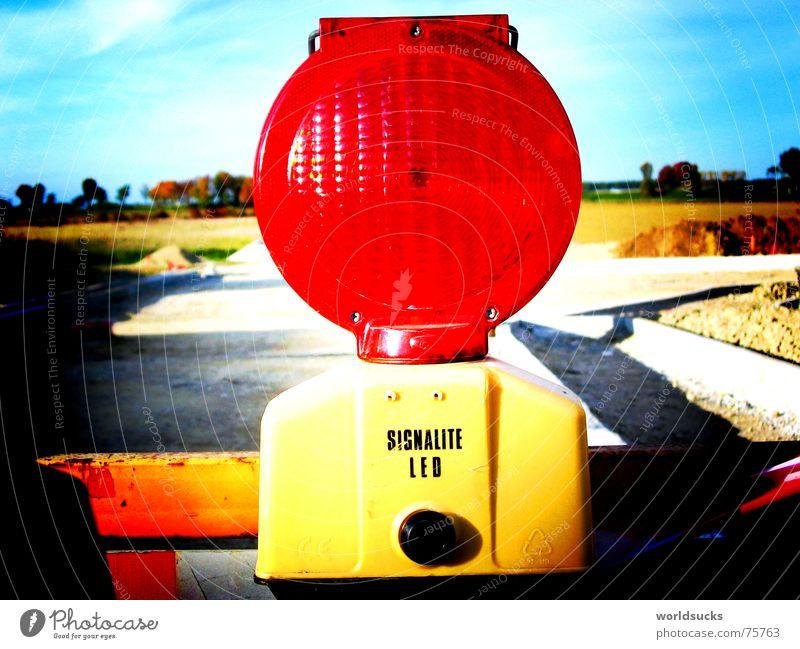 Warnlampe rot Freude Farbe Lampe hell Beleuchtung Deutschland Energiewirtschaft Verkehr gefährlich Baustelle bedrohlich Lomografie Warnhinweis Fantasygeschichte