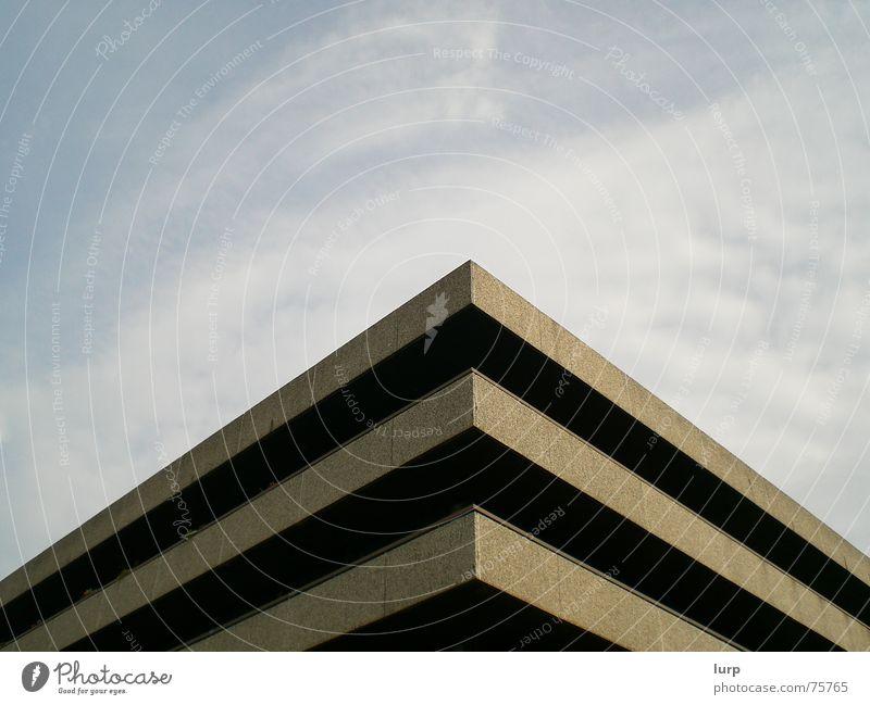 sophie findet das schön ;-) Haus Himmel Wolken Menschenleer Hochhaus Bauwerk Gebäude Architektur Beton trashig blau braun grau schwarz Kiel kinderstation