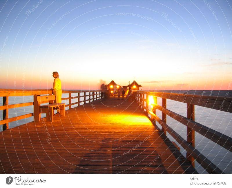 Abends am Pier Anlegestelle Holz Meer Frau Denken Abenddämmerung Romantik Steg Erholung ruhig Zufriedenheit Außenaufnahme Langzeitbelichtung Himmel Klarheit