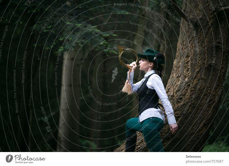 ins Horn blasen Mensch Natur Pflanze Baum Landschaft Wald Umwelt feminin Freiheit Arbeit & Erwerbstätigkeit Bekleidung Ausflug Abenteuer Landwirtschaft Beruf