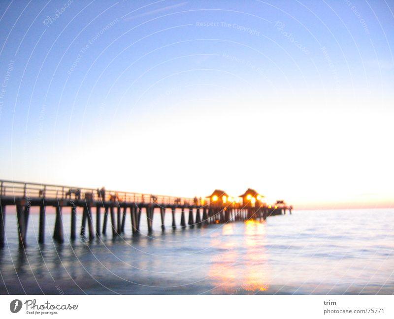 Blick aufs Meer Anlegestelle Außenaufnahme Langzeitbelichtung beleben Abend Wasser ruhig Licht hell