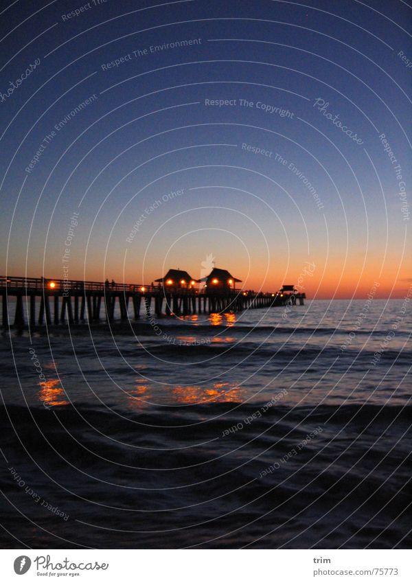Nachts am Pier Anlegestelle Meer Abenddämmerung dunkel Erholung Außenaufnahme Langzeitbelichtung Florida Himmel blau Licht hell USA Architektur