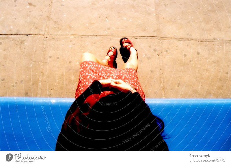 sisi Sommer sitting Bekleidung shoes blue waiting ruhig