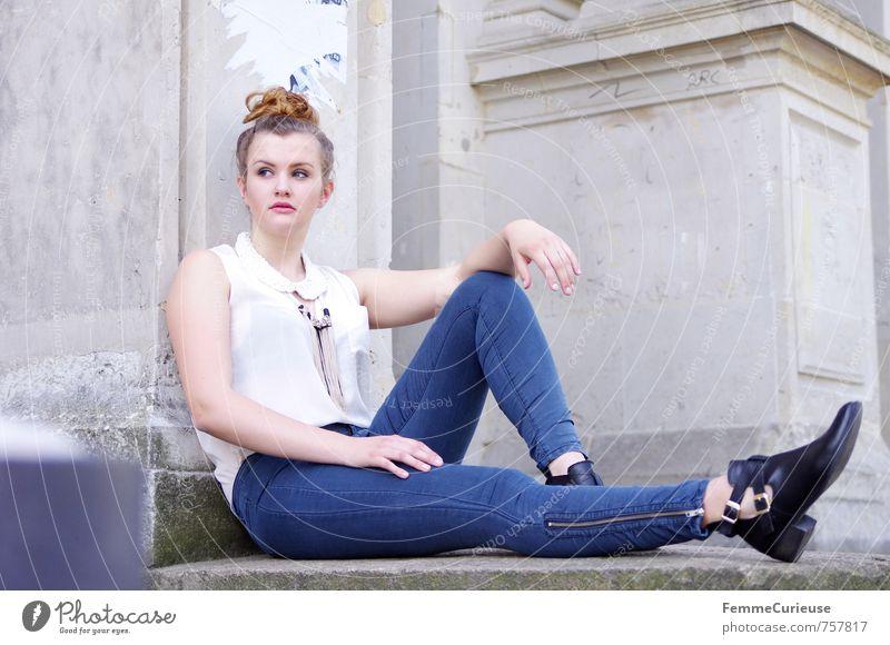 Stilsicher (IV) Mensch Frau Jugendliche Junge Frau Erholung 18-30 Jahre Erwachsene feminin Frühling Gebäude Mode Lifestyle blond sitzen einzigartig